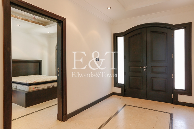 Fully Furnished|Open Plan | Upgraded Bathrooms |PJ