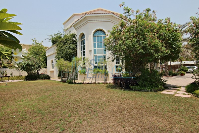 UPGRADED BEAUTIFUL 4 BED  VILLA WITH A BIG GARDEN