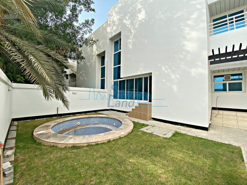 Light Filled 4 Bedroom Villa With A Jacuzzi And Garden